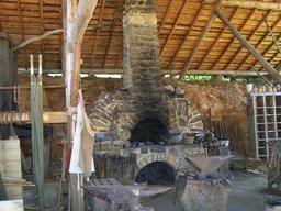 Forge médiévale au château de Guédelon. Source : http://data.abuledu.org/URI/537fc627-forge-medievale-au-chateau-de-guedelon