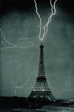 Foudre sur la Tour Eiffel en 1902. Source : http://data.abuledu.org/URI/533c7a6b-foudre-sur-la-tour-eiffel-en-1902