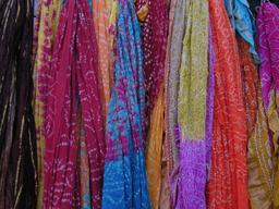 Foulards de couleur. Source : http://data.abuledu.org/URI/50fb3112-foulards-de-couleur