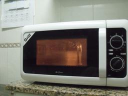 Four à micro onde dans une cuisine. Source : http://data.abuledu.org/URI/54b6f0aa-four-a-micro-onde-dans-une-cuisine