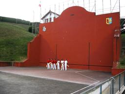 Fronton de pelote basque à Bidart. Source : http://data.abuledu.org/URI/527fee84-fronton-de-pelote-basque-a-bidart