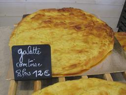 Galette comtoise en vente. Source : http://data.abuledu.org/URI/534c14be-galette-comtoise-en-vente
