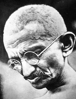 Gandhi avec des lunettes. Source : http://data.abuledu.org/URI/50204bd2-gandhi-avec-des-lunettes