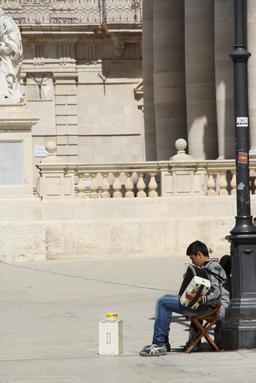 Garçon jouant de l'accordéon dans la rue. Source : http://data.abuledu.org/URI/58c71f91-garcon-jouant-de-l-accordeon-dans-la-rue
