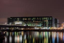 Gare de Berlin de nuit. Source : http://data.abuledu.org/URI/56584e87-gare-de-berlin-de-nuit