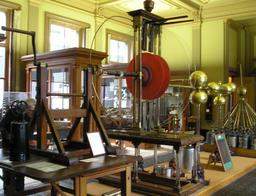 Générateur électrostatique de Van Marum. Source : http://data.abuledu.org/URI/50c27adf-generateur-electrostatique-de-van-marum