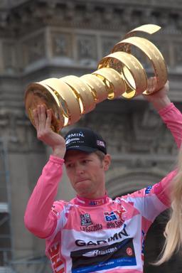 Gilet rose pour le vainqueur du Tour d'Italie 2012. Source : http://data.abuledu.org/URI/546cfbe2-gilet-rose-pour-le-vainqueur-du-tour-d-italie-2012-