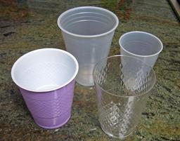 Gobelets en plastique jetables. Source : http://data.abuledu.org/URI/50ff3a3f-gobelets-en-plastique-jetables
