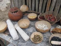Graines et épices dans calebasses. Source : http://data.abuledu.org/URI/53811f35-graines-et-epices-dans-calebasses