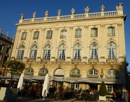 Grand hôtel sur la place Stanislas à Nancy en octobre. Source : http://data.abuledu.org/URI/5819c99a-grand-hotel-sur-la-place-stanislas-a-nancy-en-octobre
