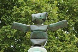 Grenouille en bronze au sommet de la Fontaine de Max Ernst. Source : http://data.abuledu.org/URI/55d4f016-grenouille-en-bronze-au-sommet-de-la-fontaine-de-max-ernst