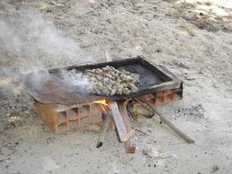 Grillage de noix de cajou 1. Source : http://data.abuledu.org/URI/520a2ccc-grillage-de-noix-de-cajou-1