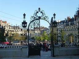 Grille d'entrée du Jardin Darcy de Dijon. Source : http://data.abuledu.org/URI/58204b1c-grille-d-entree-du-jardin-darcy-de-dijon-