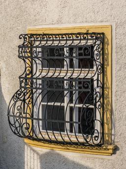 Grille de fenêtre en fer forgé. Source : http://data.abuledu.org/URI/5652c54e-grille-de-fenetre-en-fer-forge