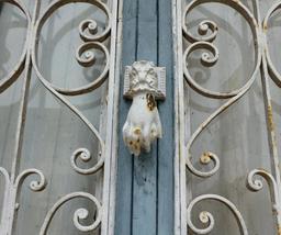 Grille de porte privée à Salies-de-Béarn. Source : http://data.abuledu.org/URI/5865dde2-grille-de-porte-privee-a-salies-de-bearn