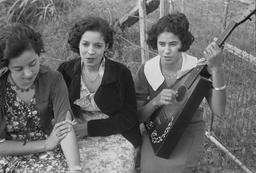 Groupe de chanteuses créoles en 1935. Source : http://data.abuledu.org/URI/53f125ae-groupe-de-chanteuses-creoles-en-1935
