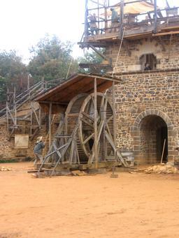 Grue médiévale du chantier de Guédelon. Source : http://data.abuledu.org/URI/537f73cf-grue-medievale-du-chantier-de-guedelon