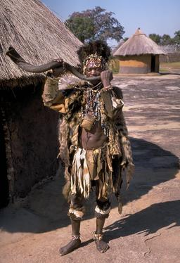 Guérisseur traditionnel du peuple Shona près du Grand Zimbabwe. Source : http://data.abuledu.org/URI/52d0399f-guerisseur-traditionnel-du-peuple-shona-pres-du-grand-zimbabwe