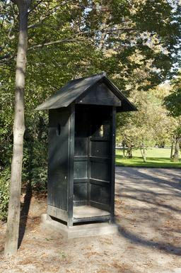 Guérite en bois au Jardin du Luxembourg. Source : http://data.abuledu.org/URI/53e33d04-guerite-en-bois-au-jardin-du-luxembourg