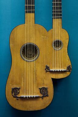 Guitare double du dix-septième siècle. Source : http://data.abuledu.org/URI/5488c26e-guitare-double-du-dix-septieme-siecle