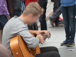 Guitariste dans les rues d'Édimbourg. Source : http://data.abuledu.org/URI/55df12ca-guitariste-dans-les-rues-d-edimbourg