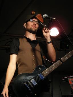 Guitariste jouant du vibraslap. Source : http://data.abuledu.org/URI/53049d48-guitariste-jouant-du-vibraslap