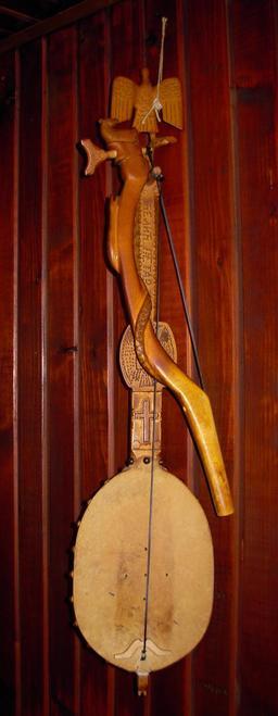 Gusle albanaise. Source : http://data.abuledu.org/URI/53393cf4-gusle
