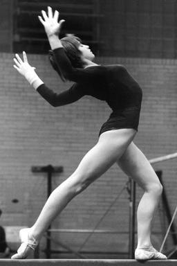 Gymnaste sur poutre en 1977. Source : http://data.abuledu.org/URI/588528ae-gymnaste-sur-poutre-en-1977