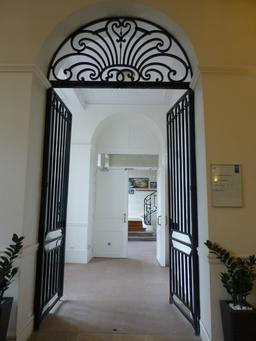 Hall d'entrée de la Manufacture de porcelaine de Sèvres. Source : http://data.abuledu.org/URI/585d4d99-hall-d-entree-de-la-manufacture-de-porcelaine-de-sevres