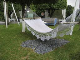Hamac dans un jardin. Source : http://data.abuledu.org/URI/53526c0a-hamac-dans-un-jardin
