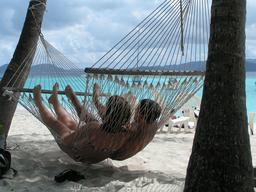 Hamac double sur la plage. Source : http://data.abuledu.org/URI/53526b82-hamac-double-sur-la-plage