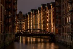 Hambourg de nuit. Source : http://data.abuledu.org/URI/58782e1a-hambourg-de-nuit