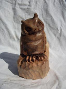 Hibou en bois de noyer. Source : http://data.abuledu.org/URI/5064c403-hibou-en-bois-de-noyer