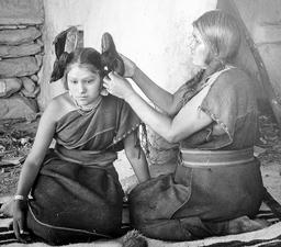 Jeune indienne se faisant peigner en 1900. Source : http://data.abuledu.org/URI/532ed28d-hopi-woman-dressing-hair-of-unmarried-girl-jpg