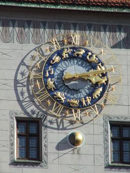 Horloge avec les signes du zodiaque. Source : http://data.abuledu.org/URI/529a65ec-horloge-avec-les-signes-du-zodiaque
