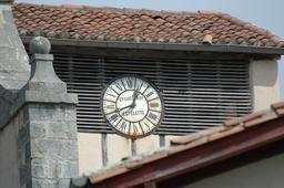 Horloge d'Espelette en pays basque. Source : http://data.abuledu.org/URI/529a3c1b-horloge-d-espelette-en-pays-basque