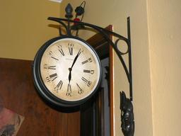 Horloge d'intérieur suspendue avec minutes. Source : http://data.abuledu.org/URI/529b088d-horloge-d-interieur-suspendue-avec-minutes