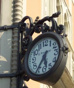 Horloge enseigne art déco à Côme. Source : http://data.abuledu.org/URI/529b0380-horloge-enseigne-art-deco-a-come