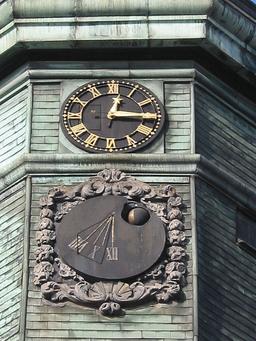 Horloge et cadran solaire du campanile de l'hôtel de ville.. Source : http://data.abuledu.org/URI/529a3488-horloge-et-cadran-solaire-du-campanile-de-l-hotel-de-ville-