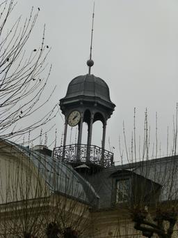 Horloge et clocheton de la Manufacture de Sèvres. Source : http://data.abuledu.org/URI/585d5e69-horloge-et-clocheton-de-la-manufacture-de-sevres