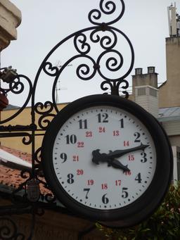 Horloge publique à Oviedo. Source : http://data.abuledu.org/URI/55ddf7f3-horloge-publique-a-oviedo