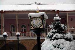 Horloge sous la neige en Géorgie. Source : http://data.abuledu.org/URI/529a4922-horloge-sous-la-neige-en-georgie