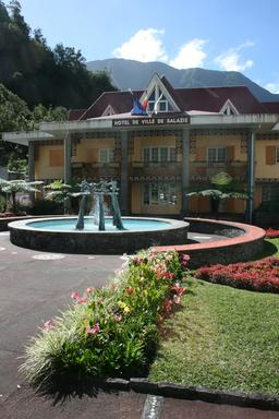 Hôtel de ville de Salazie à La Réunion. Source : http://data.abuledu.org/URI/543eca72-hotel-de-ville-de-salazie-a-la-reunion