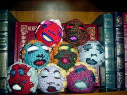 Huit têtes en amigurumi. Source : http://data.abuledu.org/URI/55068d44-huit-tetes-en-amigurumi