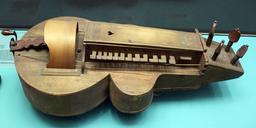Vielle à roue dite Hurdy Gurdy. Source : http://data.abuledu.org/URI/532c4c1b-hurdy-gurdy