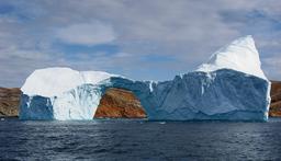 Iceberg percé d'un trou. Source : http://data.abuledu.org/URI/5099bd6c-iceberg-perce-d-un-trou