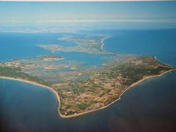 Île de Ré vue du ciel. Source : http://data.abuledu.org/URI/533c114c-ile-de-re-vue-du-ciel