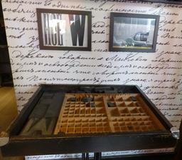 Imprimerie traditionnelle dans un restaurant dijonnais. Source : http://data.abuledu.org/URI/5820de00-imprimerie-traditionnelle