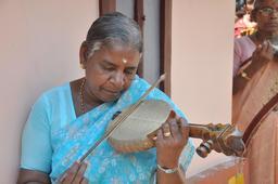 Indienne jouant du Pulluvan pattu. Source : http://data.abuledu.org/URI/53070846-indienne-jouant-du-pulluvan-pattu