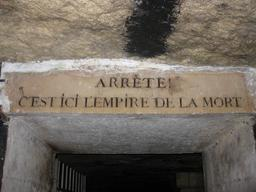 Inscription à l'entrée des Catacombes de Paris. Source : http://data.abuledu.org/URI/51430409-inscription-a-l-entree-des-catacombes-de-paris